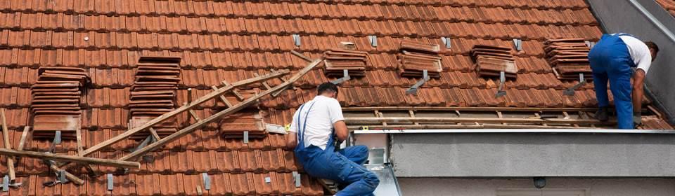 dakdekkers op het dak aan het werk