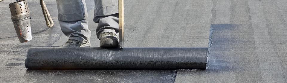 Dakdekker brand bitumen op plat dak.